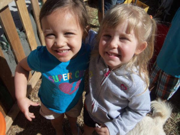 friends_at_petting_zoo_phoenix_childrens_academy_private_preschool_chandler_dobson-600x450