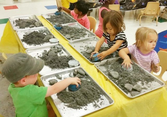 kinetic_sand_activity_cadence_academy_preschool_steele_creek_charlotte_nc-643x450