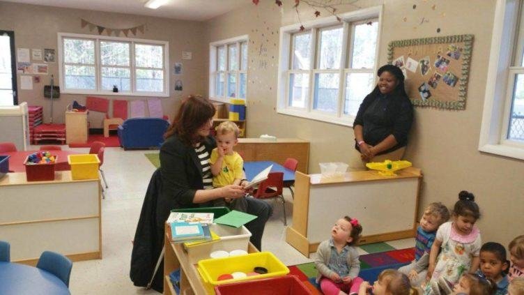 mom_reading_to_2-year-olds_at_cadence_academy_raintree_charlotte_nc-1024x576-752x423