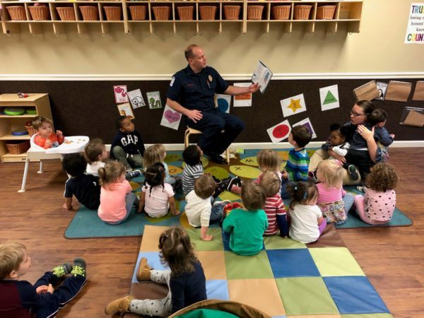 policeman_reading_book_to_preschoolers_sunbrook_academy_at_woodstock_ga-600x450