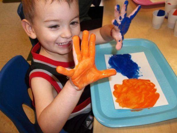 preschool_boy_enjoying_painting_with_hands_cadence_academy_preschool_sherwood_or-600x450