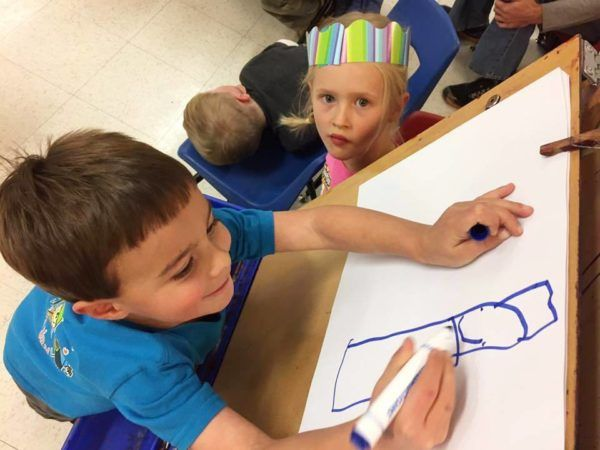 preschooler_drawing_on_eisel_at_cadence_academy_preschool_ken_caryl_littleton_co-600x450