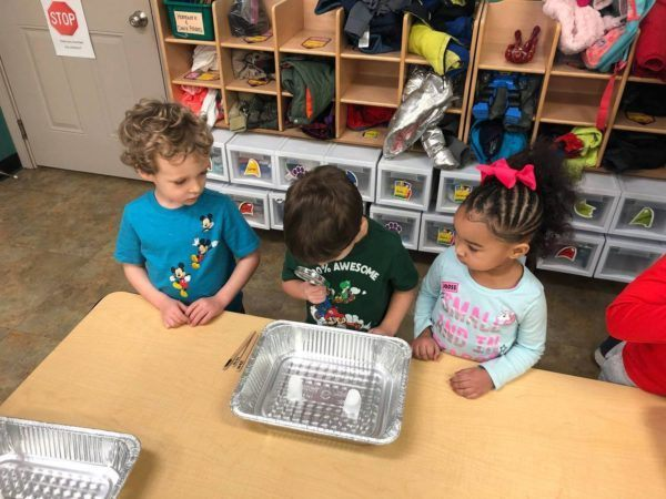 preschoolers_looking_through_magnifying_glass_cadence_academy_preschool_louisville_ii-600x450