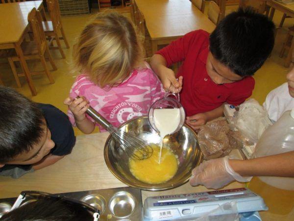 preschoolers_making_food_together_winwood_childrens_center_brambleton_ii_va-600x450