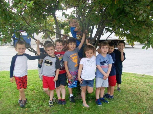 preschoolers_posing_next_to_a_tree_creative_kids_childcare_centers_brewster-600x450