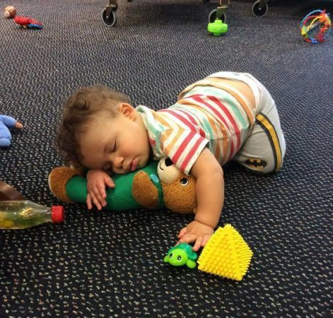 toddler_cuddling_with_teddy_bear_growing_kids_academy_fredericksburg_va-471x450